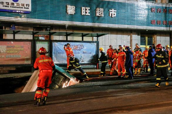 Xe buýt sụp hố tử thần: 6 người chết, 1.000 nhân viên cứu hộ tới hiện trường - Ảnh 3.