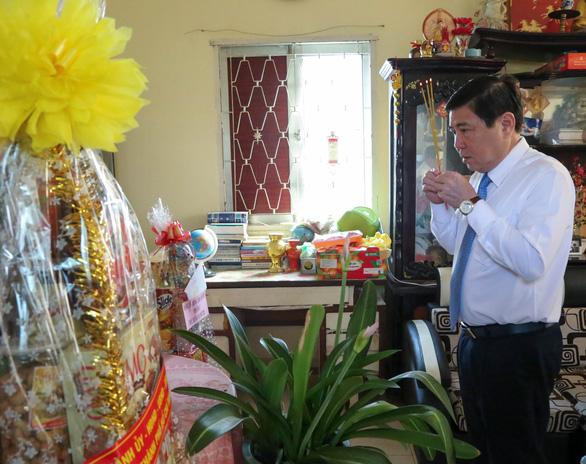 Lãnh đạo TP.HCM chúc tết, tặng quà chức sắc tôn giáo, nhân sĩ trí thức - Ảnh 4.