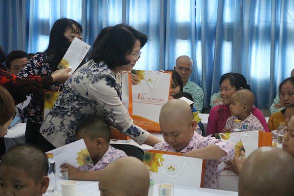 Phó chủ tịch nước Đặng Thị Ngọc Thịnh tặng quà tết cho bệnh nhân ung thư - Ảnh 4.