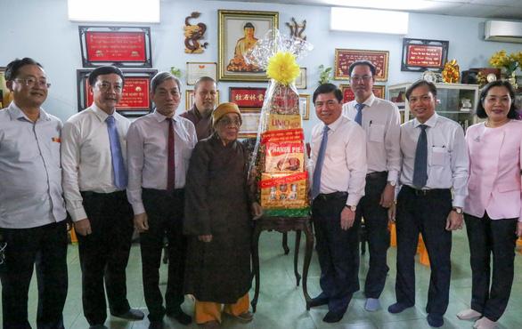 Lãnh đạo TP.HCM chúc tết, tặng quà chức sắc tôn giáo, nhân sĩ trí thức - Ảnh 2.