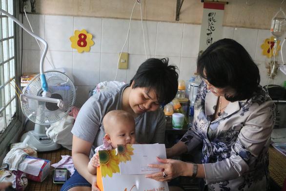 Phó chủ tịch nước Đặng Thị Ngọc Thịnh tặng quà tết cho bệnh nhân ung thư - Ảnh 1.