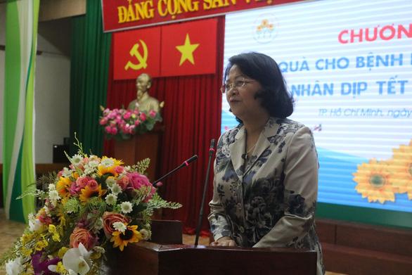 Phó chủ tịch nước Đặng Thị Ngọc Thịnh tặng quà tết cho bệnh nhân ung thư - Ảnh 2.