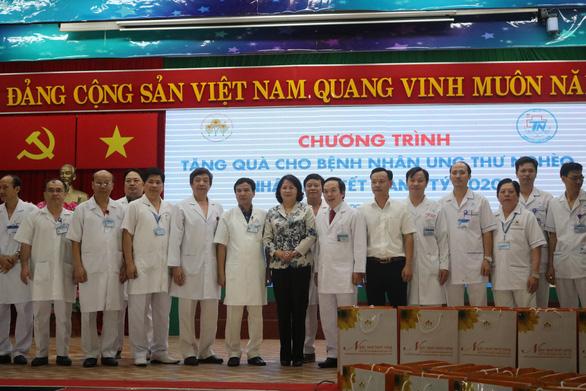 Phó chủ tịch nước Đặng Thị Ngọc Thịnh tặng quà tết cho bệnh nhân ung thư - Ảnh 6.