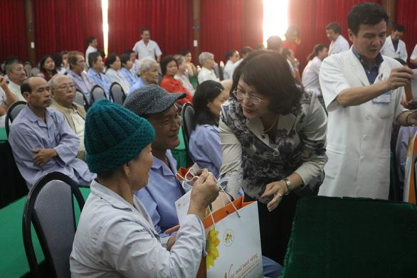 Phó chủ tịch nước Đặng Thị Ngọc Thịnh tặng quà tết cho bệnh nhân ung thư - Ảnh 3.