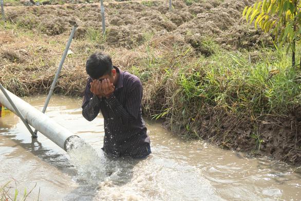 Nước mặn bao trùm toàn tỉnh, Bến Tre ban bố tình huống khẩn cấp - Ảnh 2.