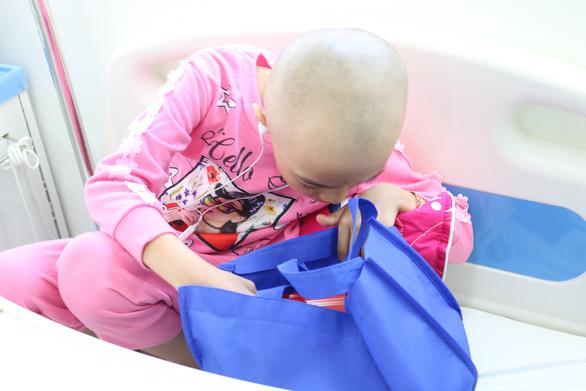 Mang quà tết đến với bệnh nhi ung thư - Ảnh 3.