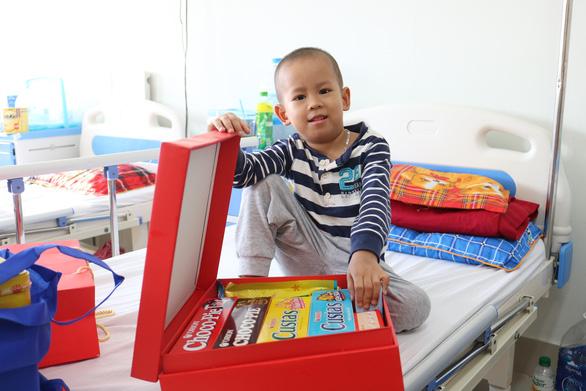 Mang quà tết đến với bệnh nhi ung thư - Ảnh 2.