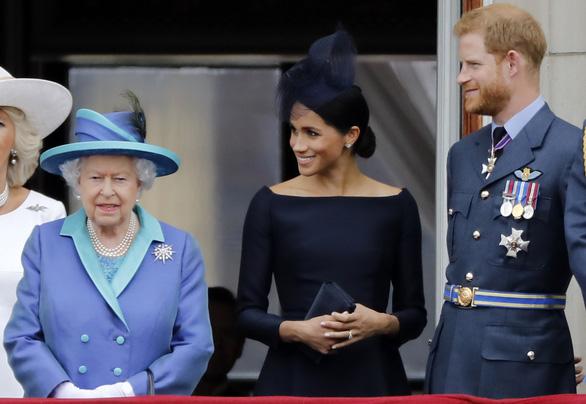 Nữ hoàng Anh ủng hộ vợ chồng hoàng tử Harry có cuộc sống mới - Ảnh 2.