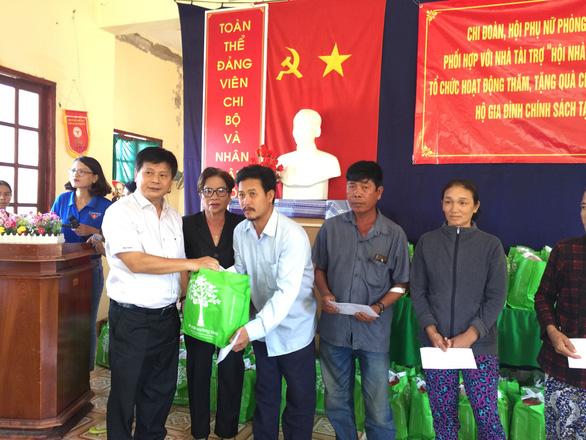 Hội Nhà báo TP.HCM trao quà tết tại Bình Thuận - Ảnh 1.