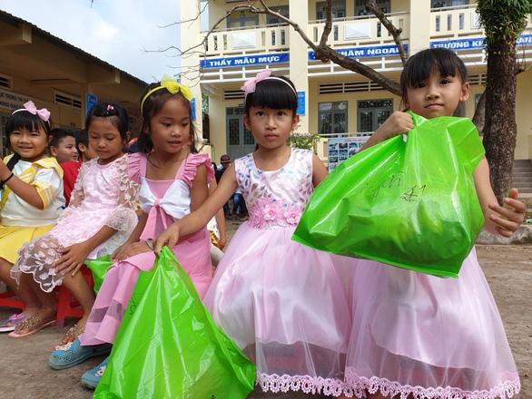 Áo mới ngày tết cho những đứa trẻ du mục ở bãi rác Phú Quốc - Ảnh 2.