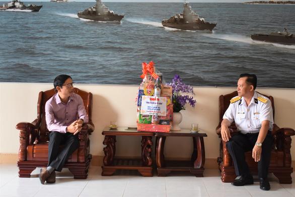 Quà bạn đọc báo Tuổi Trẻ đến với lính tàu ngầm, tàu hộ vệ tên lửa, không quân hải quân - Ảnh 2.