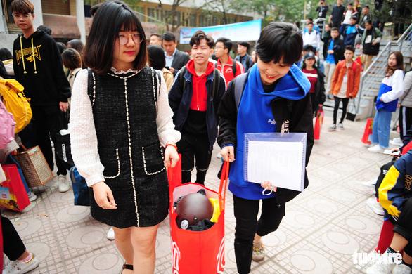 Sinh viên ở Hà Nội đi xe miễn phí, về quê đón tết sớm - Ảnh 3.