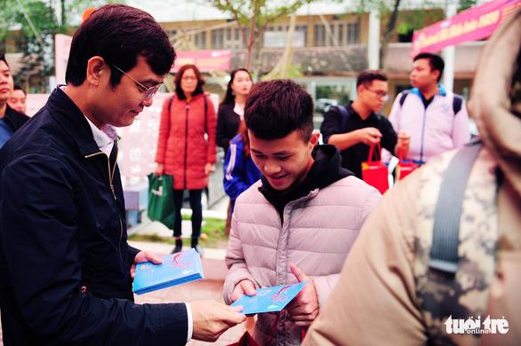 Sinh viên ở Hà Nội đi xe miễn phí, về quê đón tết sớm - Ảnh 2.
