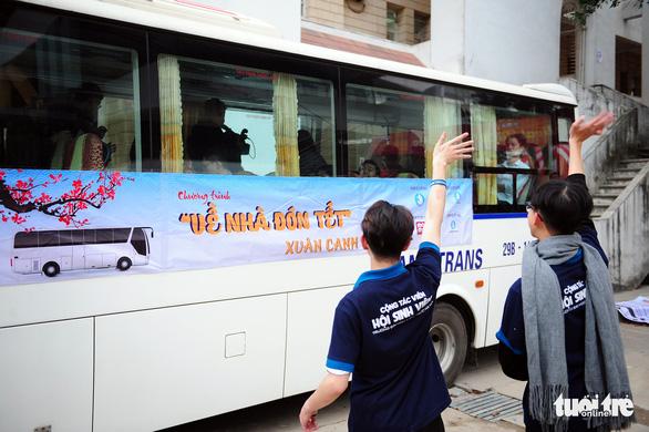Sinh viên ở Hà Nội đi xe miễn phí, về quê đón tết sớm - Ảnh 1.