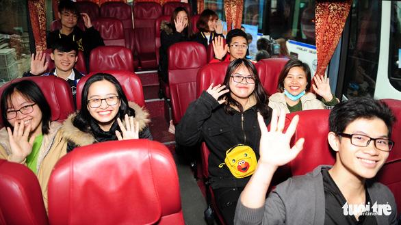 Sinh viên ở Hà Nội đi xe miễn phí, về quê đón tết sớm - Ảnh 4.