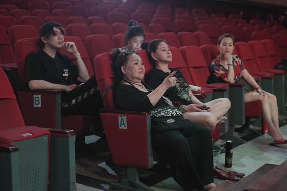 Trấn Thành lần đầu làm đạo diễn, Lý Hải tung teaser Lật mặt 5 - Ảnh 2.