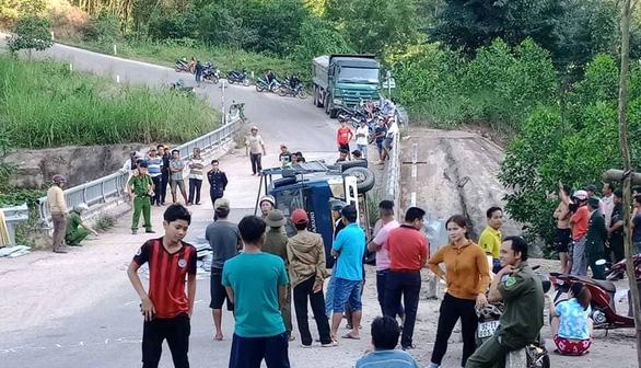 Xe tải lật nghiêng khi xuống dốc, 2 người chết - Ảnh 1.