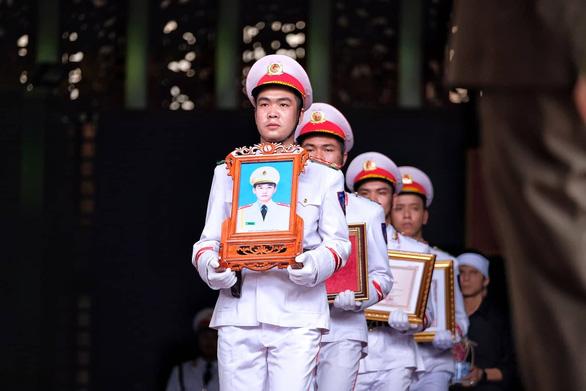 Thủ tướng đến viếng, tiễn đưa 3 cán bộ công an hi sinh tại Đồng Tâm - Ảnh 12.