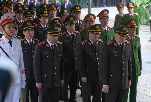 Thủ tướng đến viếng, tiễn đưa 3 cán bộ công an hi sinh tại Đồng Tâm - Ảnh 4.