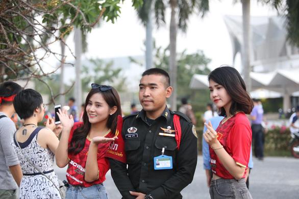 CĐV Việt Nam mang tù và đến Rajamangala để chúc U23 Việt Nam vượt khó - Ảnh 7.
