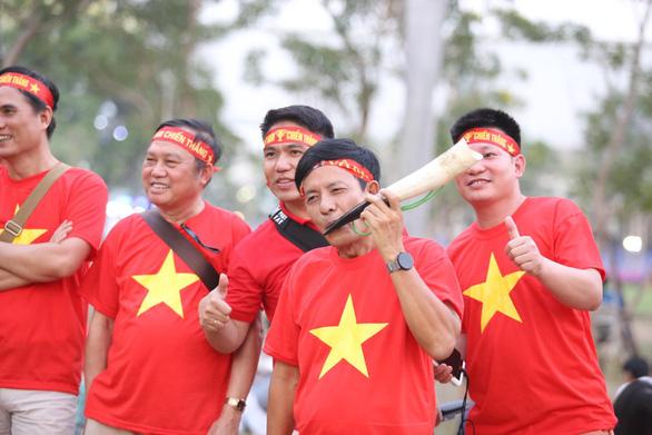 CĐV Việt Nam mang tù và đến Rajamangala để chúc U23 Việt Nam vượt khó - Ảnh 1.