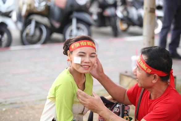 CĐV Việt Nam mang tù và đến Rajamangala để chúc U23 Việt Nam vượt khó - Ảnh 6.