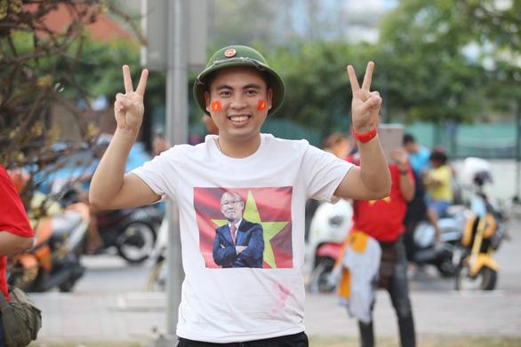 CĐV Việt Nam mang tù và đến Rajamangala để chúc U23 Việt Nam vượt khó - Ảnh 5.