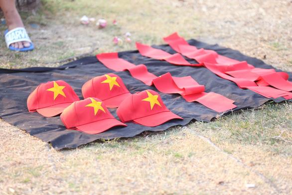 CĐV Việt Nam mang tù và đến Rajamangala để chúc U23 Việt Nam vượt khó - Ảnh 8.