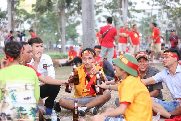 CĐV Việt Nam mang tù và đến Rajamangala để chúc U23 Việt Nam vượt khó - Ảnh 3.