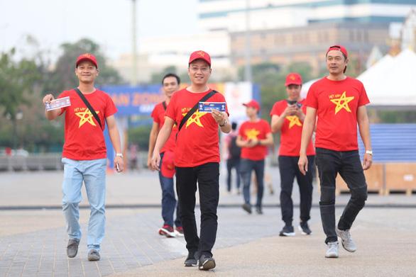 CĐV Việt Nam mang tù và đến Rajamangala để chúc U23 Việt Nam vượt khó - Ảnh 2.