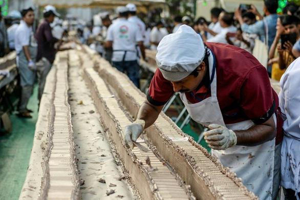 Đầu bếp Ấn Độ chung tay làm chiếc bánh dài nhất thế giới - Ảnh 1.