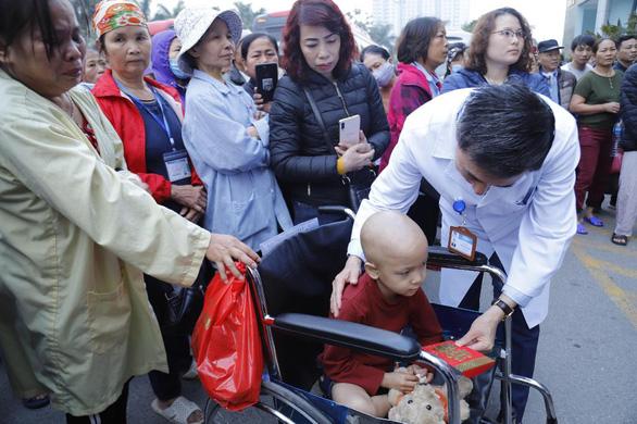 Em bé ung thư xương mong chuyến xe về nhà mùa Tết - Ảnh 2.