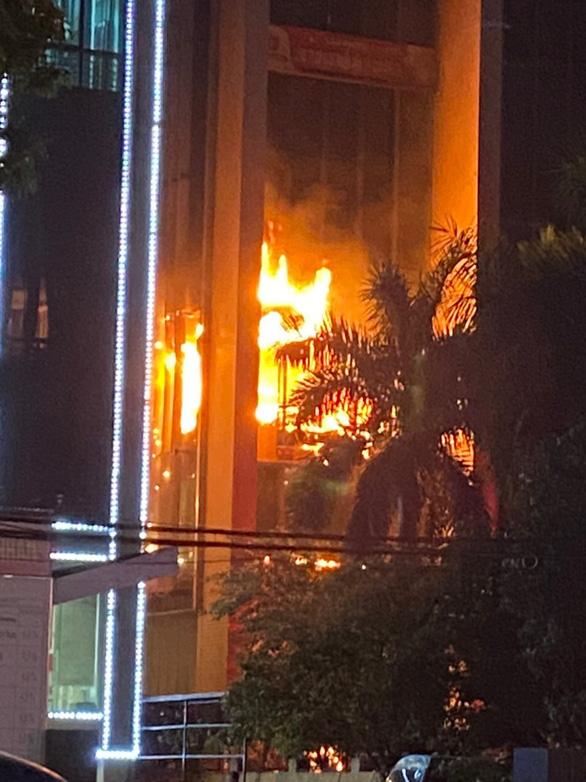 Cháy lớn tại tòa nhà Dầu khí Thanh Hóa, 1 người chết, 11 người ngạt khí - Ảnh 1.