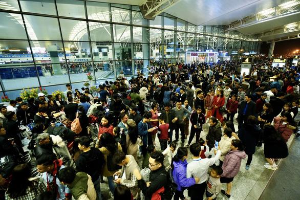 Sân bay Nội Bài hạn chế người đưa tiễn giờ cao điểm để tránh ùn tắc - Ảnh 1.