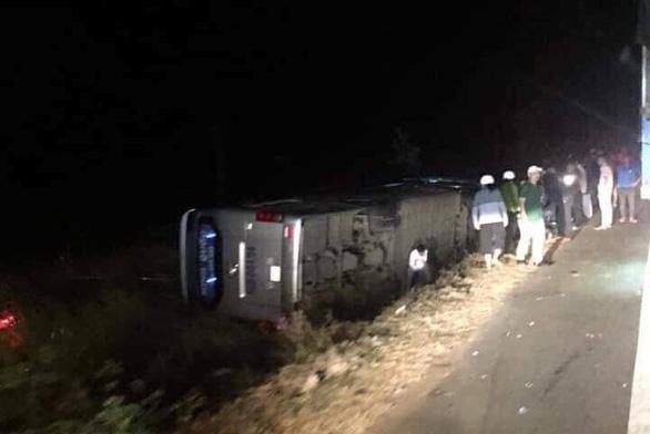 Lật xe khách trên quốc lộ 14, ít nhất 1 người chết - Ảnh 1.