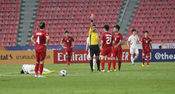 Đình Trọng bị treo giò trận gặp Malaysia tại vòng loại World Cup 2022 - Ảnh 1.