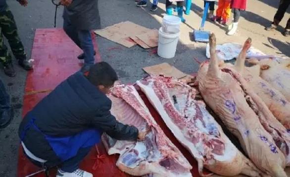Thịt heo quá đắt, trường thưởng thịt heo cho học sinh giỏi ăn tết - Ảnh 3.