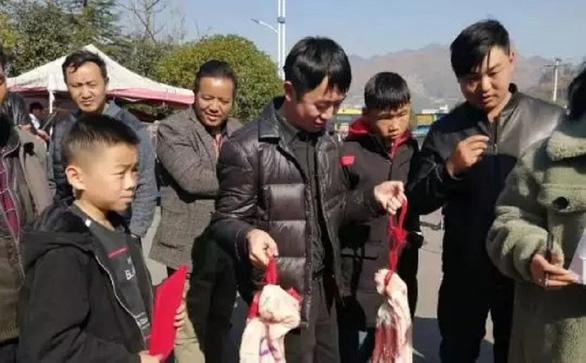 Thịt heo quá đắt, trường thưởng thịt heo cho học sinh giỏi ăn tết - Ảnh 6.