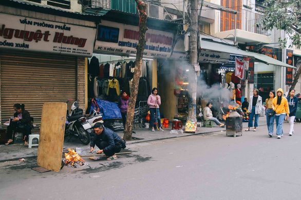 Ngày cúng ông Táo, du khách Mỹ không hiểu vì sao chỗ nào cũng thấy đốt - Ảnh 9.