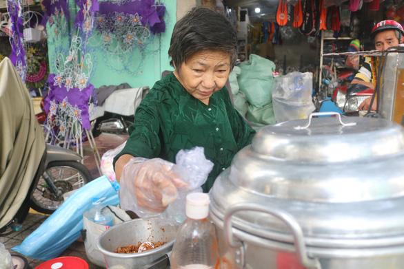 Biết chuyện bà cụ bán xôi nuôi cả gia đình, nhiều người ủng hộ nhiệt tình - Ảnh 2.