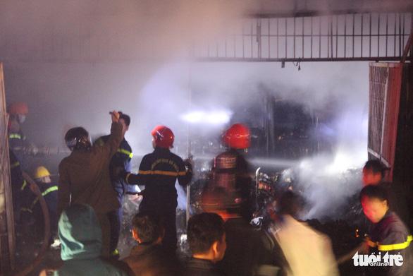 Cháy cửa hàng tạp hóa trong đêm, quốc lộ 1 ùn tắc gần 2 giờ - Ảnh 3.