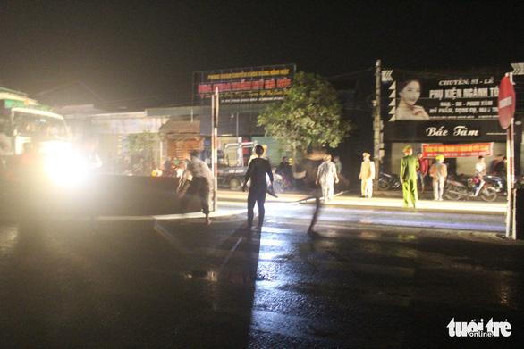 Cháy cửa hàng tạp hóa trong đêm, quốc lộ 1 ùn tắc gần 2 giờ - Ảnh 4.