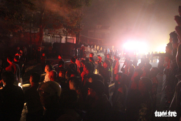 Cháy cửa hàng tạp hóa trong đêm, quốc lộ 1 ùn tắc gần 2 giờ - Ảnh 5.