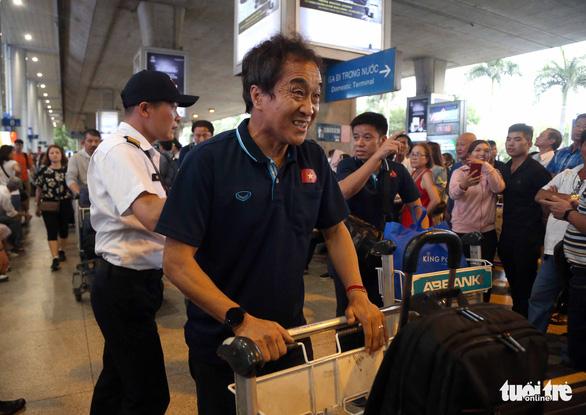 Thầy trò ông Park Hang Seo về TP.HCM trong lặng lẽ - Ảnh 3.