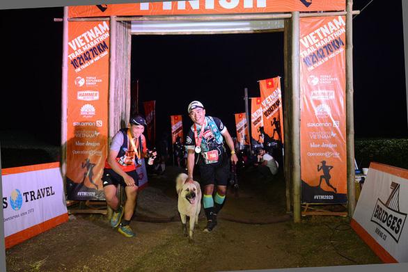 Chú chó 2 tuổi chinh phục cự ly 42km giải marathon tại Mộc Châu - Ảnh 3.