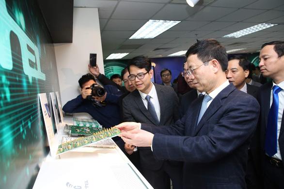 Thực hiện cuộc gọi 5G đầu tiên trên thiết bị hạ tầng mạng do Việt Nam sản xuất - Ảnh 2.