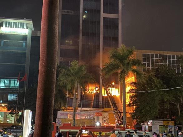 Vụ cháy tòa nhà dầu khí ở Thanh Hóa: 2 người chết, 13 người nằm viện - Ảnh 4.