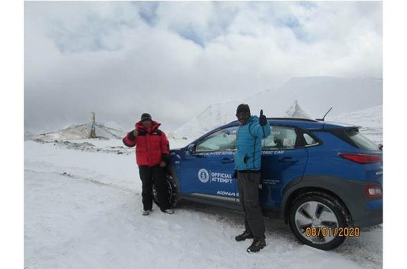 Xe điện của Hyundai leo lên đến đỉnh núi hơn 5.700m - Ảnh 1.
