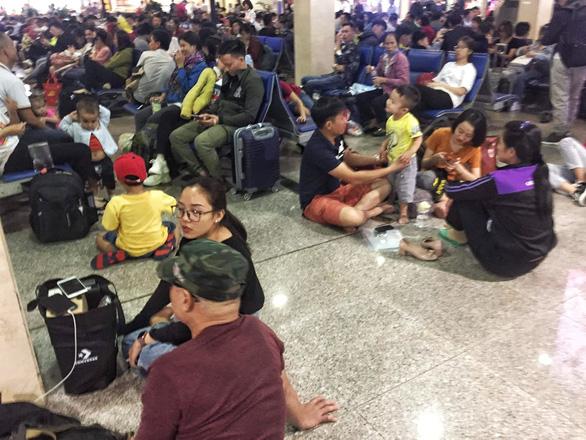 Ga quốc nội Tân Sơn Nhất đông nghẹt như bến xe đò - Ảnh 5.