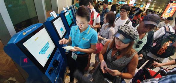 Ga quốc nội Tân Sơn Nhất đông nghẹt như bến xe đò - Ảnh 4.
